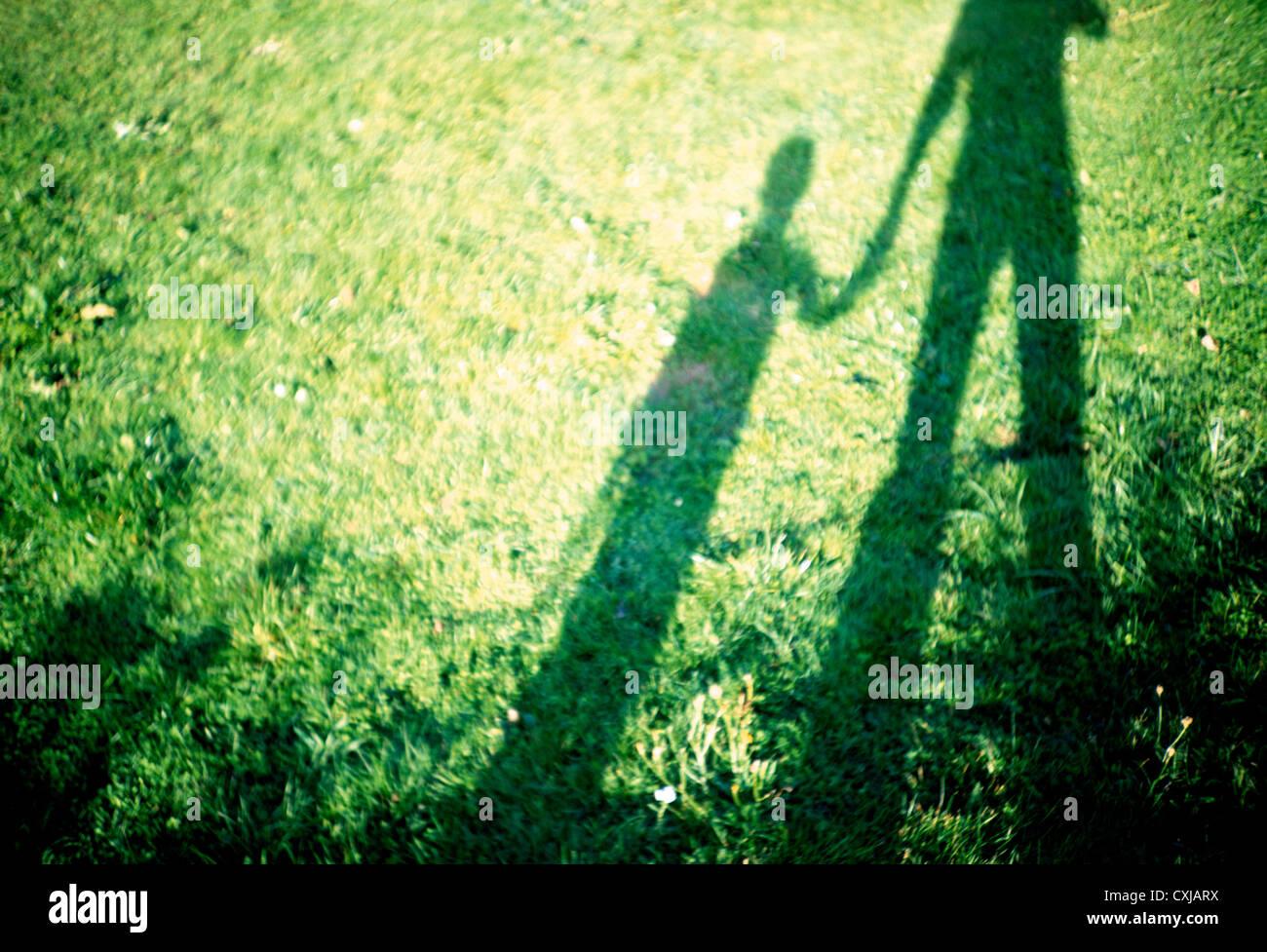 Il figlio e il padre tenendo le mani Immagini Stock