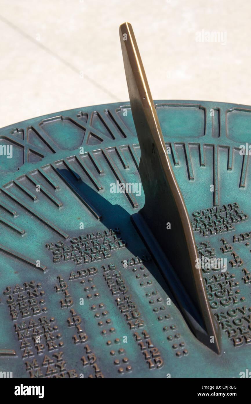 Vecchio ottone sun dial con ombra che indica l'ora del giorno Immagini Stock