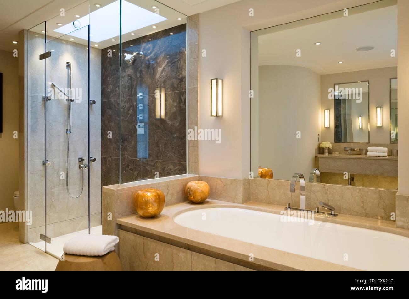 Bagno Doccia Neutro : Colore bagno interiore accesa la luce salvietta ripiegata
