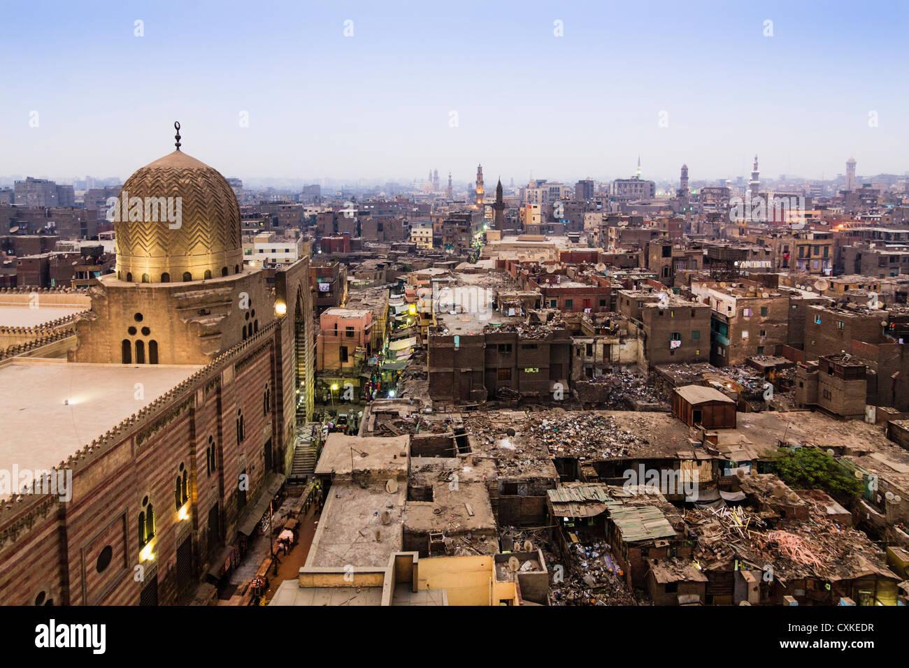 Panoramica del Cairo Islamico con la Moschea del Sultano al-Muayyad e abbandonati edifici del tetto. Il Cairo, Egitto Immagini Stock