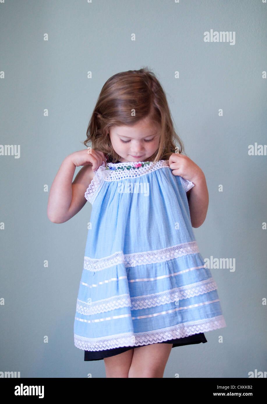 Ragazza giovane azienda vestito blu Immagini Stock