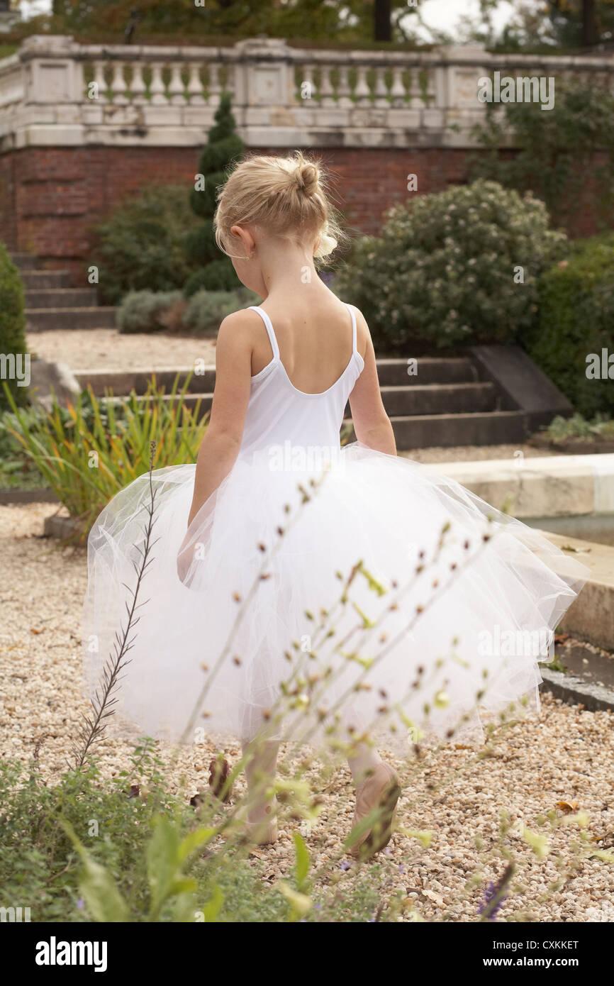 Ragazza camminare in costume di balletto Foto Stock