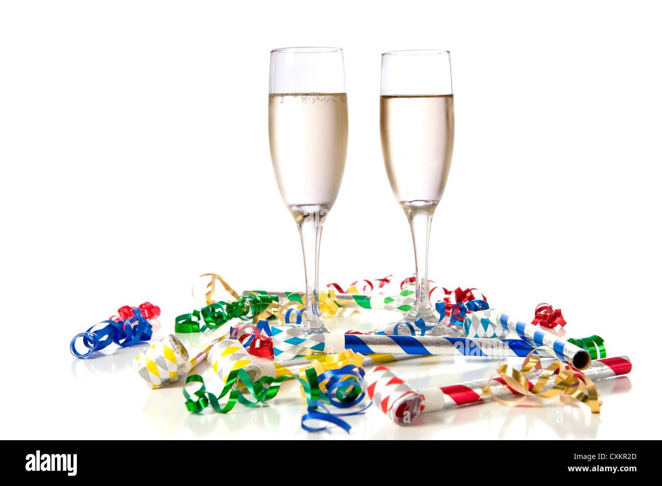 Due bicchieri di champagne con rumore di partito maker e streamers su uno  sfondo bianco. b7b9bcaf0301