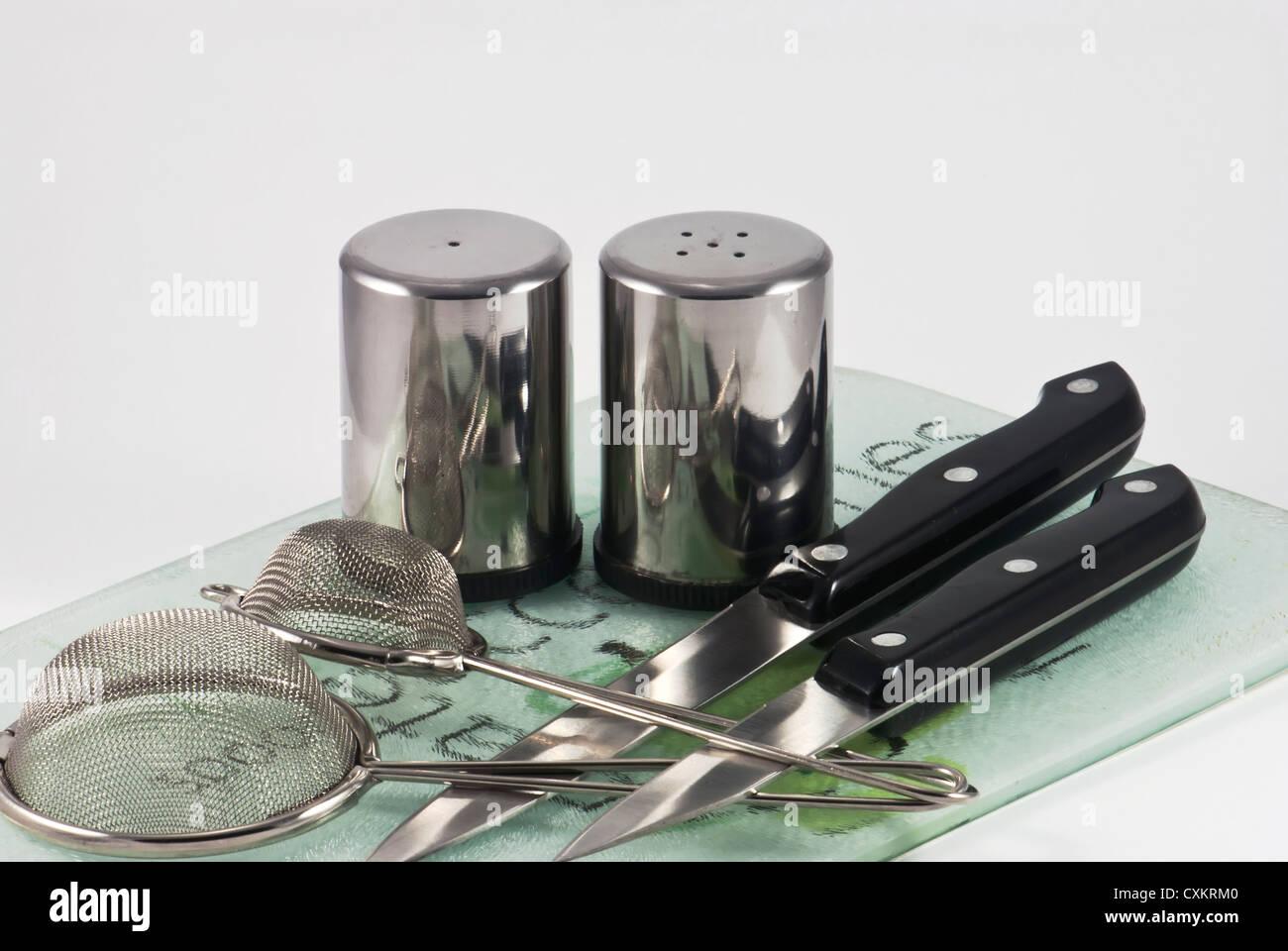 Utensili in cucina - coltelli, sale e pepe in cantine con filtri ...