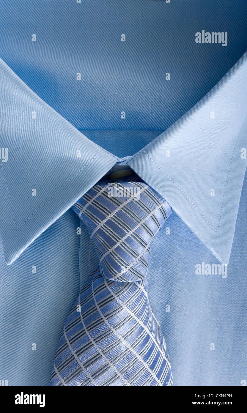 L'uomo maglietta blu e cravatta sfondo Immagini Stock