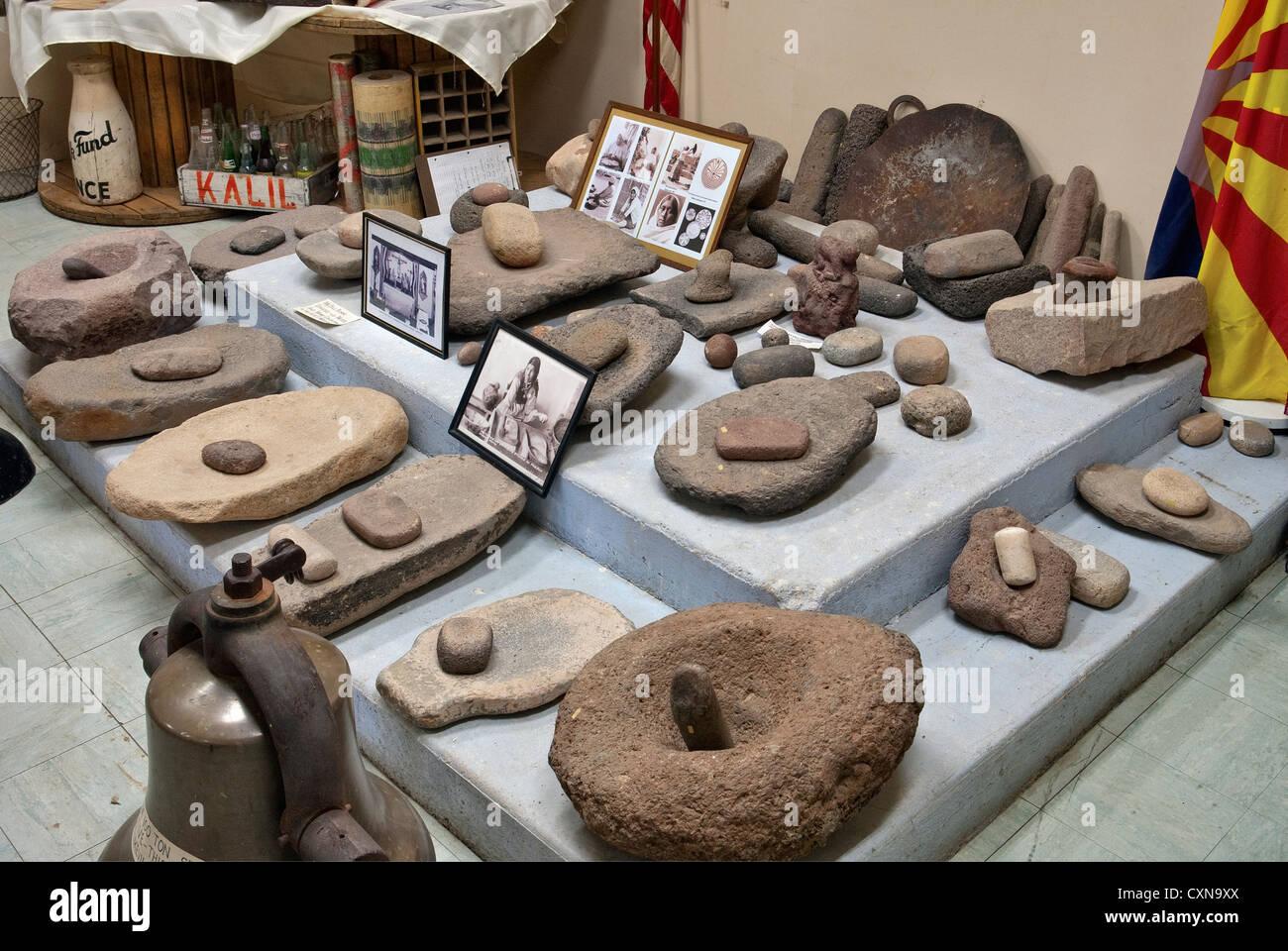 Mano e metate insieme al Museo Storico a Ajo, Arizona, Stati Uniti d'America Immagini Stock