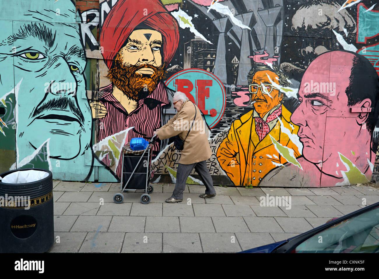 Hackney Road arte di strada e la donna est di Londra Foto Stock