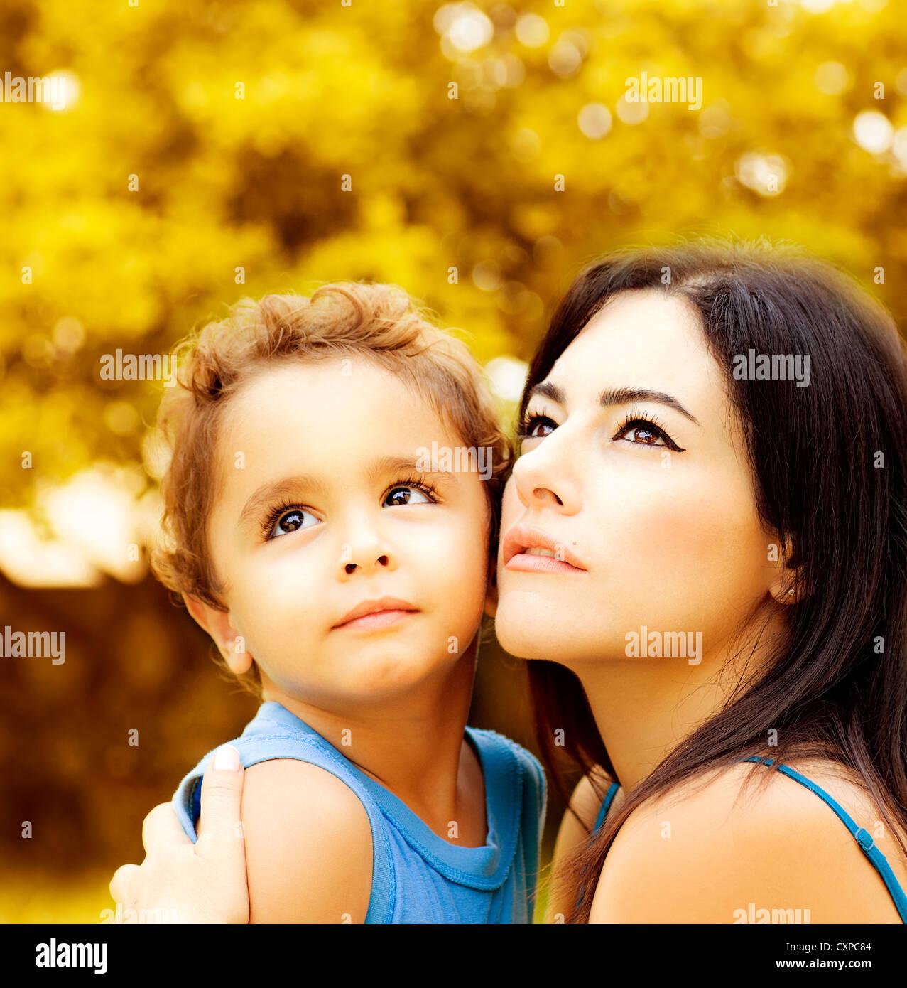 Immagine Del Simpatico Baby Boy Abbraccio La Sua Bella Mamma In Autunno Park Closeup Ritratto Di Giovane Donna Araba Con Figlio Guardando Alto
