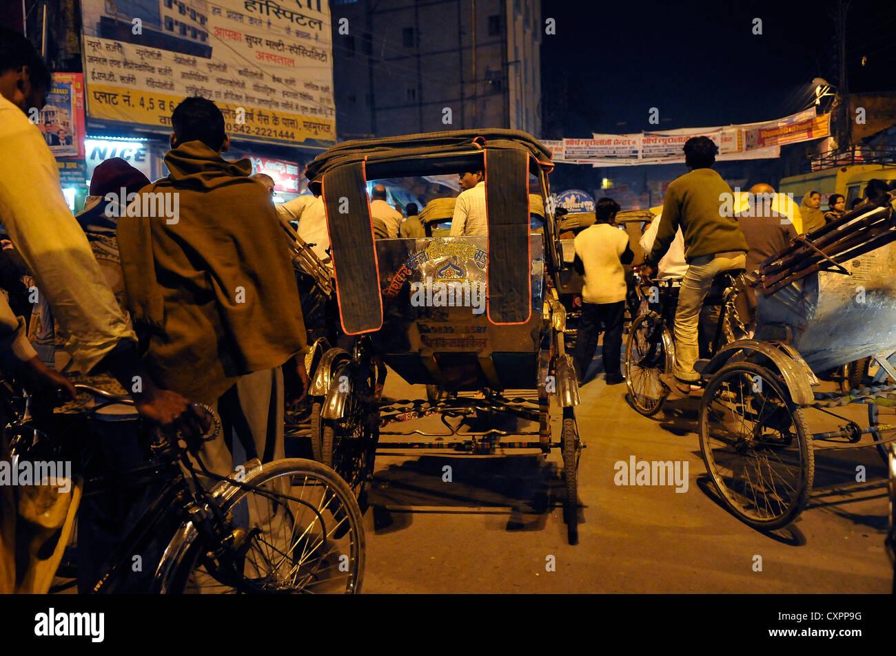 Asia India Uttar Pradesh Varanasi e mezzi di trasporto in un piccolo vicolo Immagini Stock