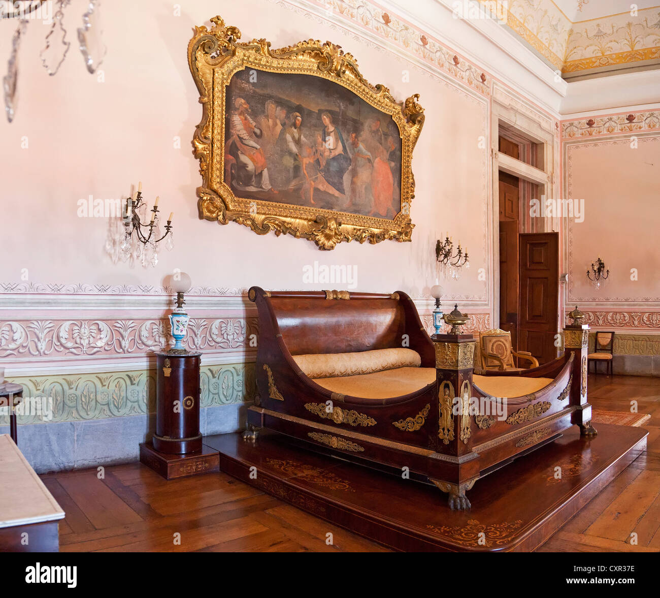Re della camera da letto. Letto in stile neoclassico e mobili. Mafra National Palace, Portogallo. Architettura Barocca. Immagini Stock