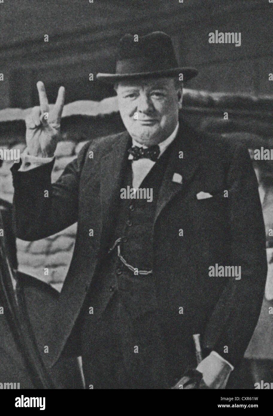 Leader bellico inglese Winston Churchill con il suo famoso V per la  vittoria di segno. Immagine da archivio di stampa Ritratto Service (ex  premere Portait ... 2e226c114350