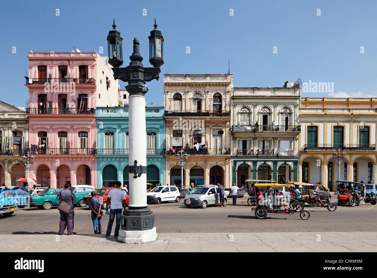 Street con fila di case, candelabri lanterna, Villa San Cristobal de La Habana, città vecchia, La Habana, Havana Immagini Stock