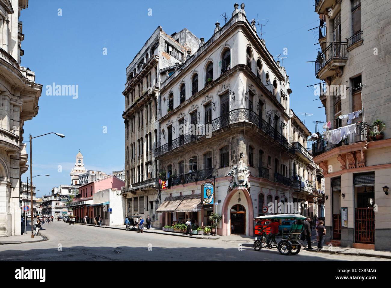 Strada tipica con neo-classico edificio risalente al feudalesimo volte, Castillo de Farnes Ristorante, Obrapia Immagini Stock