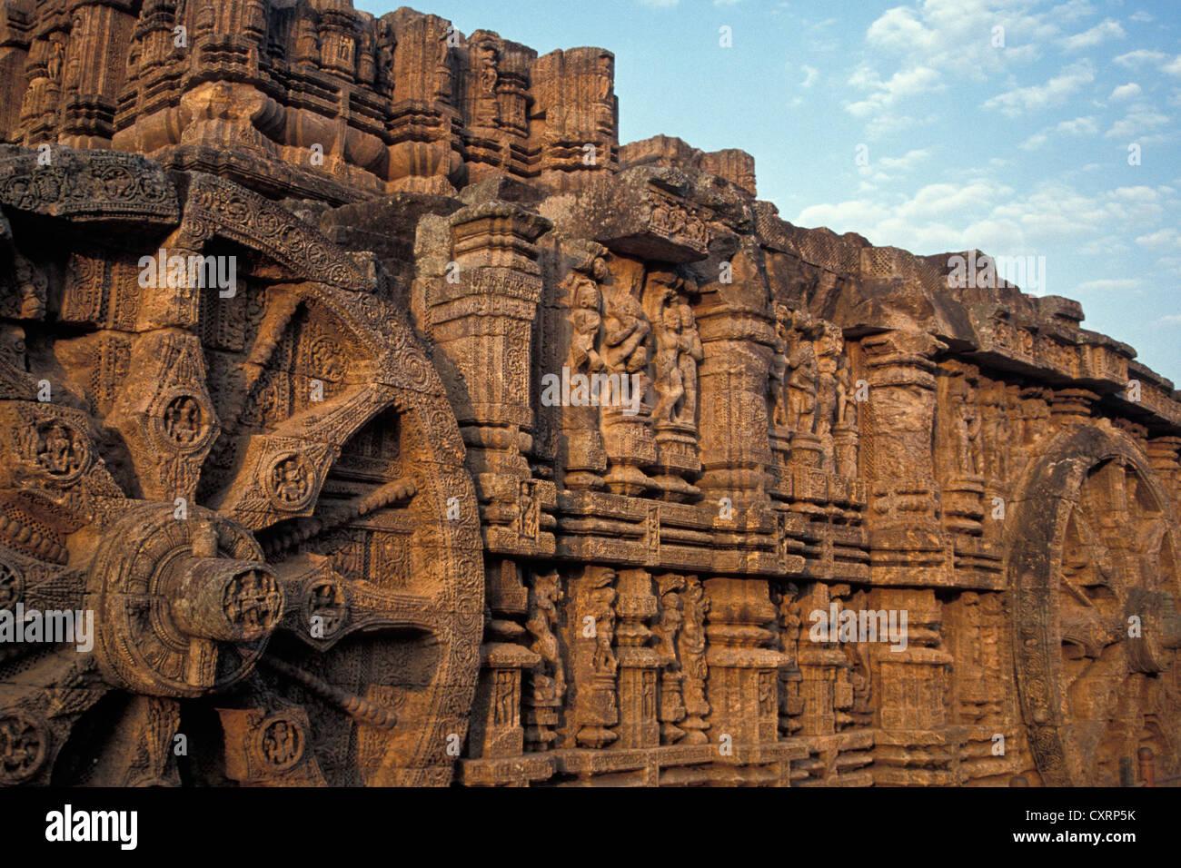 Ruote scolpito in pietra, carro del vedica del dio del sole Surya, Surya Tempio o Tempio del Sole ,, Sito Patrimonio Immagini Stock