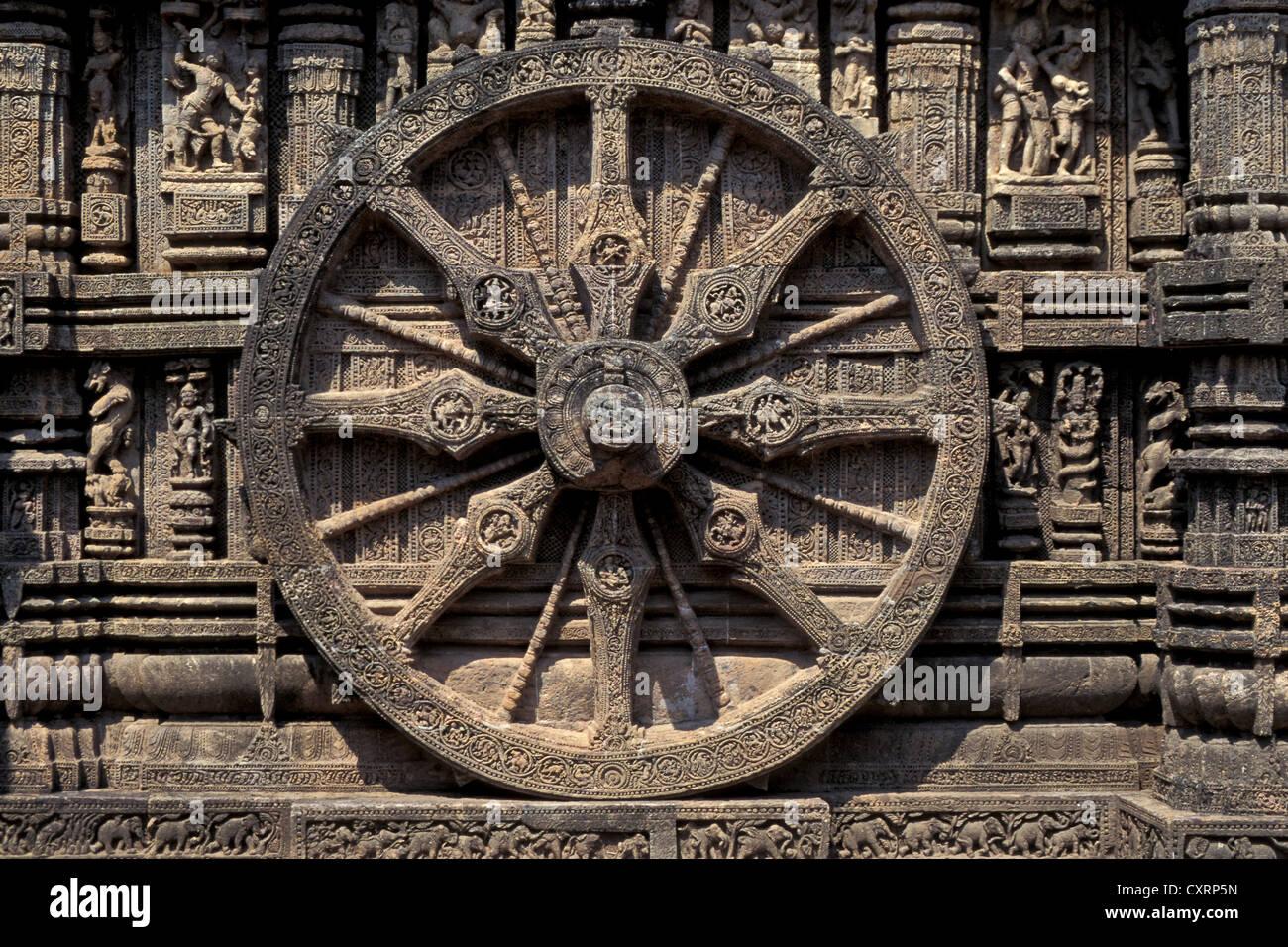 Ruota scolpito in pietra, carro del vedica del dio del sole Surya, Surya Tempio o Tempio del Sole ,, Sito Patrimonio Immagini Stock