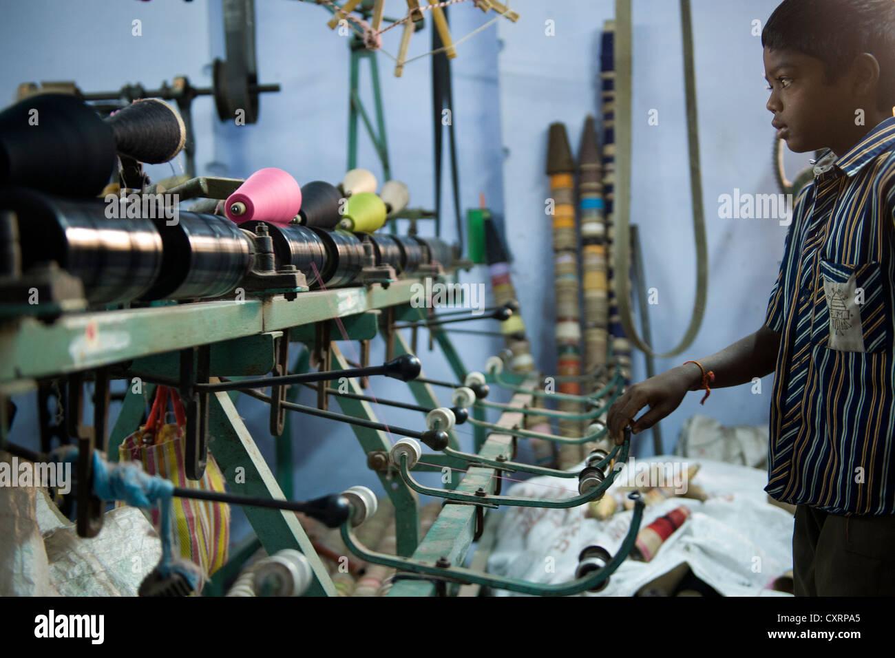 Bambino operaio, 11 anni, l'uso di macchinari in una zanzariera fabbrica, Karur, Tamil Nadu, India meridionale, Immagini Stock