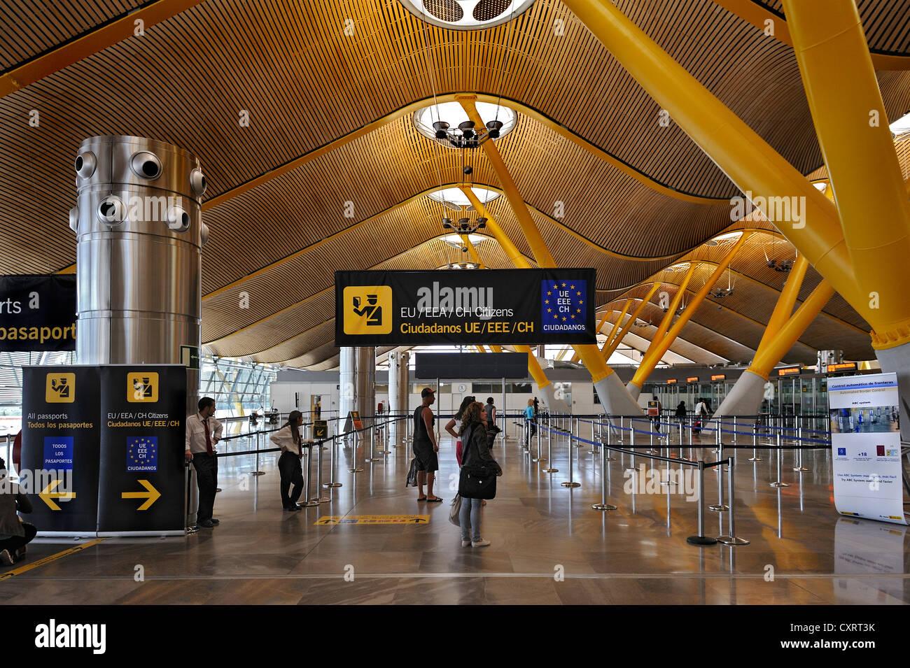 Uscita per i cittadini UE presso l'aeroporto di Barajas, Madrid, Spagna, Europa Immagini Stock