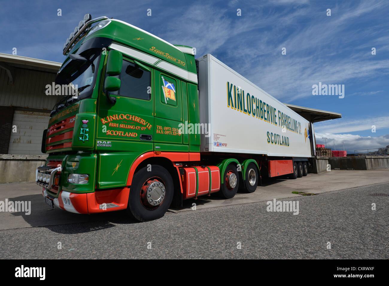 Camion refrigerati per il trasporto di pesce, Kinlochbervie, Scotland, Regno Unito, Europa Foto Stock