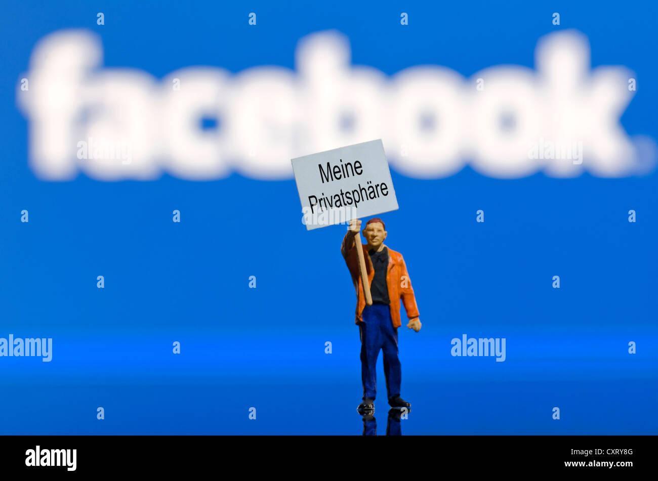 """Protester tenendo un bordo, lettering """"eine Privatsphaere', Tedesco per 'My privacy"""", miniaturizzato Immagini Stock"""