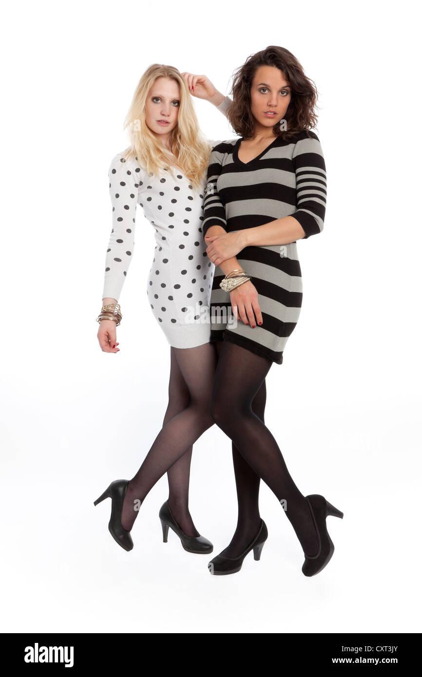 7e62791d8d20 Due giovani donne in posa di mini abiti Immagini Stock