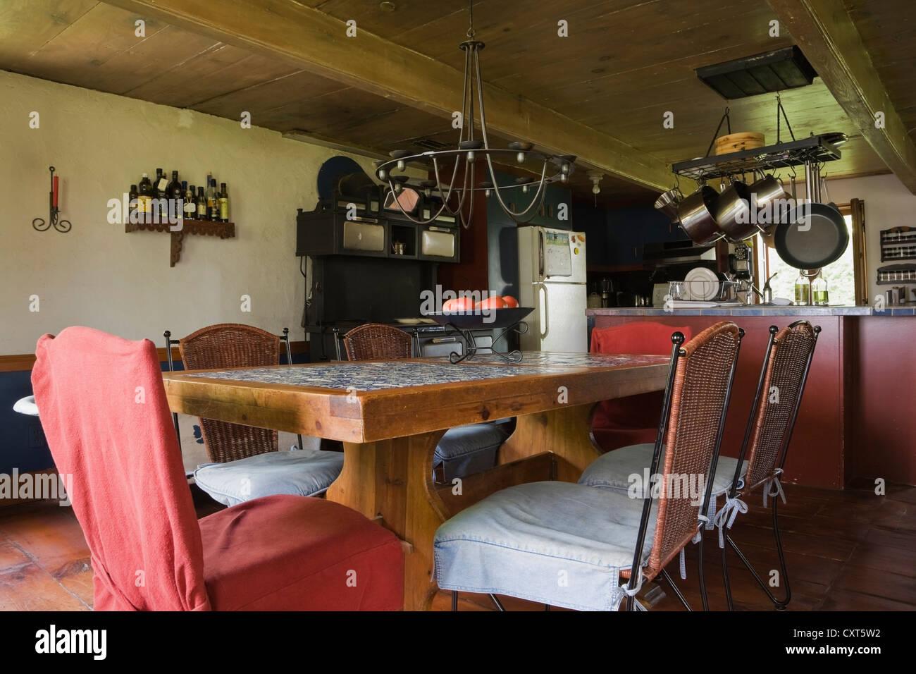Vecchi tavoli e sedie in legno nella sala da pranzo di un ...