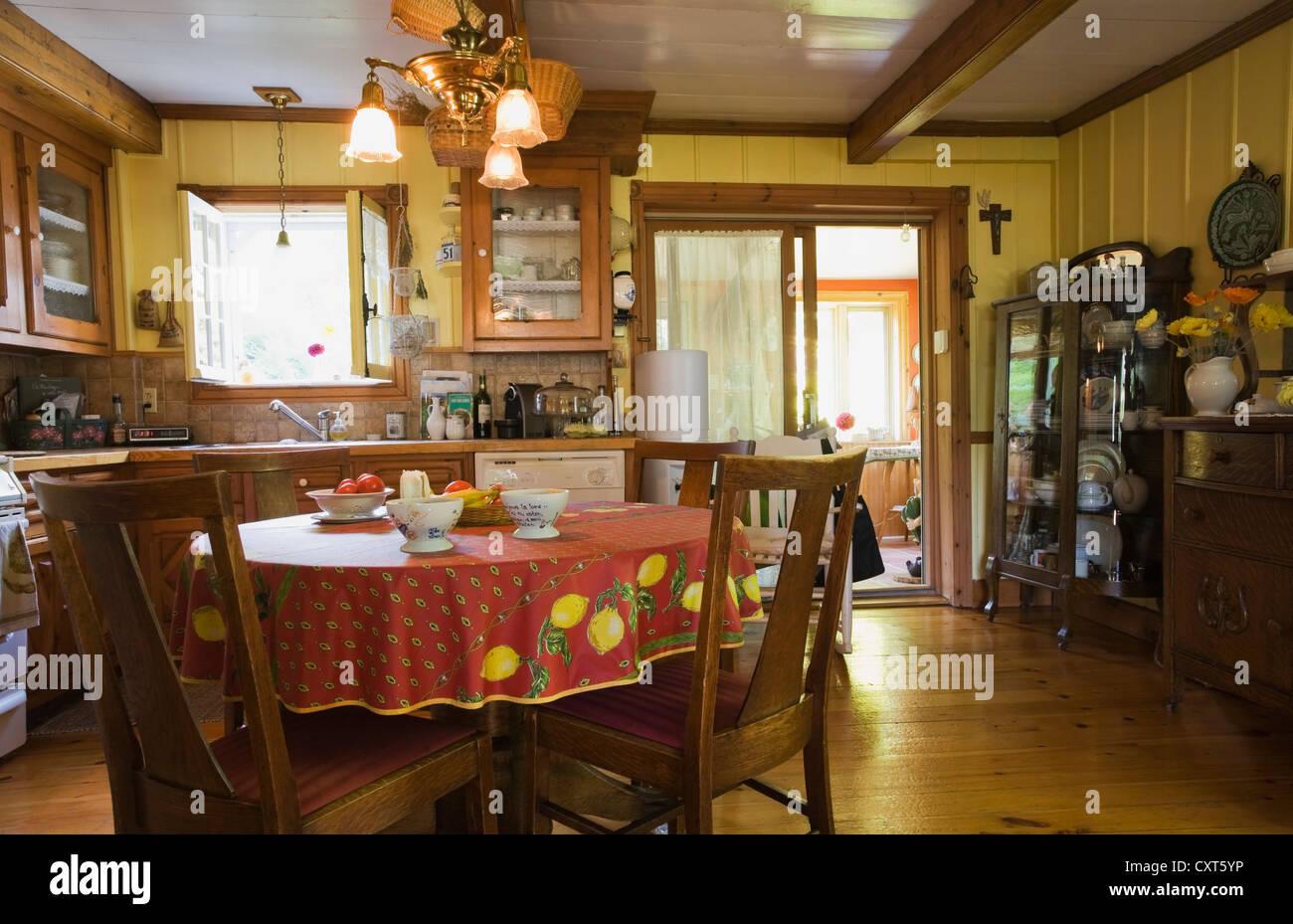 Tavolo da pranzo e sedie e mobili della cucina di un vecchio ...