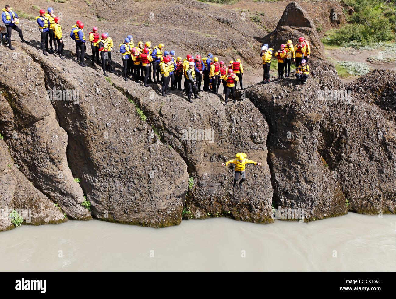 I visitatori in un tour di rafting di dover superare una prova di coraggio e di salto in acqua fredda del fiume Immagini Stock