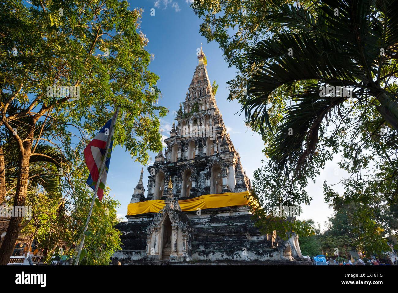 Insolito pagoda quadrata o chedi, Wat Chedi Liam e mercato, restaurato Wiang Kum Kam insediamento, Chiang Mai, Thailandia Immagini Stock