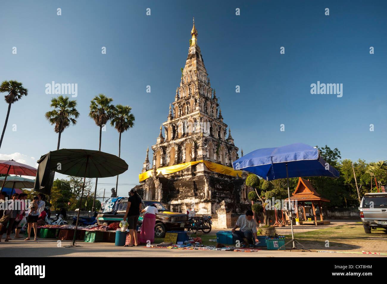 Insolito pagoda quadrata o chedi, Wat Chedi Liam e mercato, restaurato Wiang Kum Kam insediamento, Chiang Mai, Thailandia Foto Stock