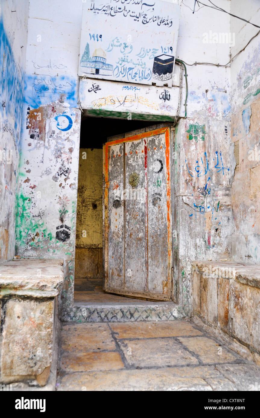 Mezza porta aperta viene spruzzata con graffiti, il Quartiere Musulmano, la Città Vecchia di Gerusalemme, Israele, Immagini Stock