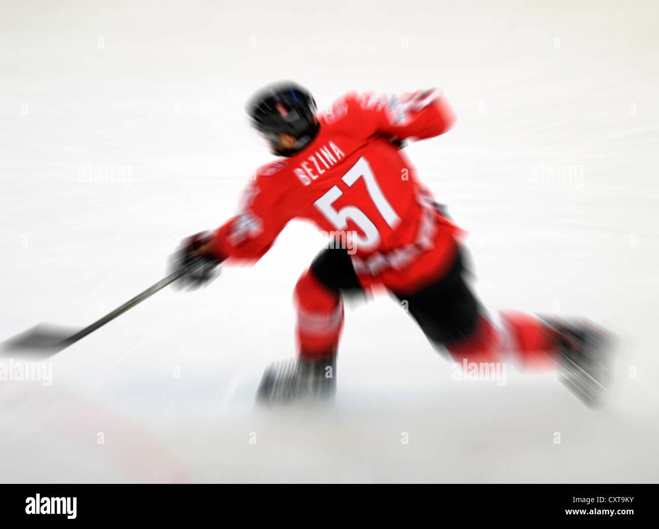 Hockey su ghiaccio giocatore in azione Immagini Stock