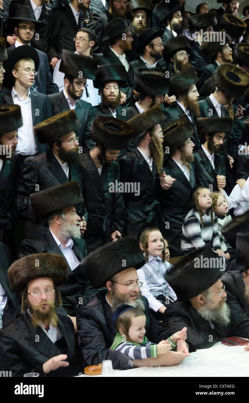 Ultra ebrei ortodossi durante una cerimonia di tish in una