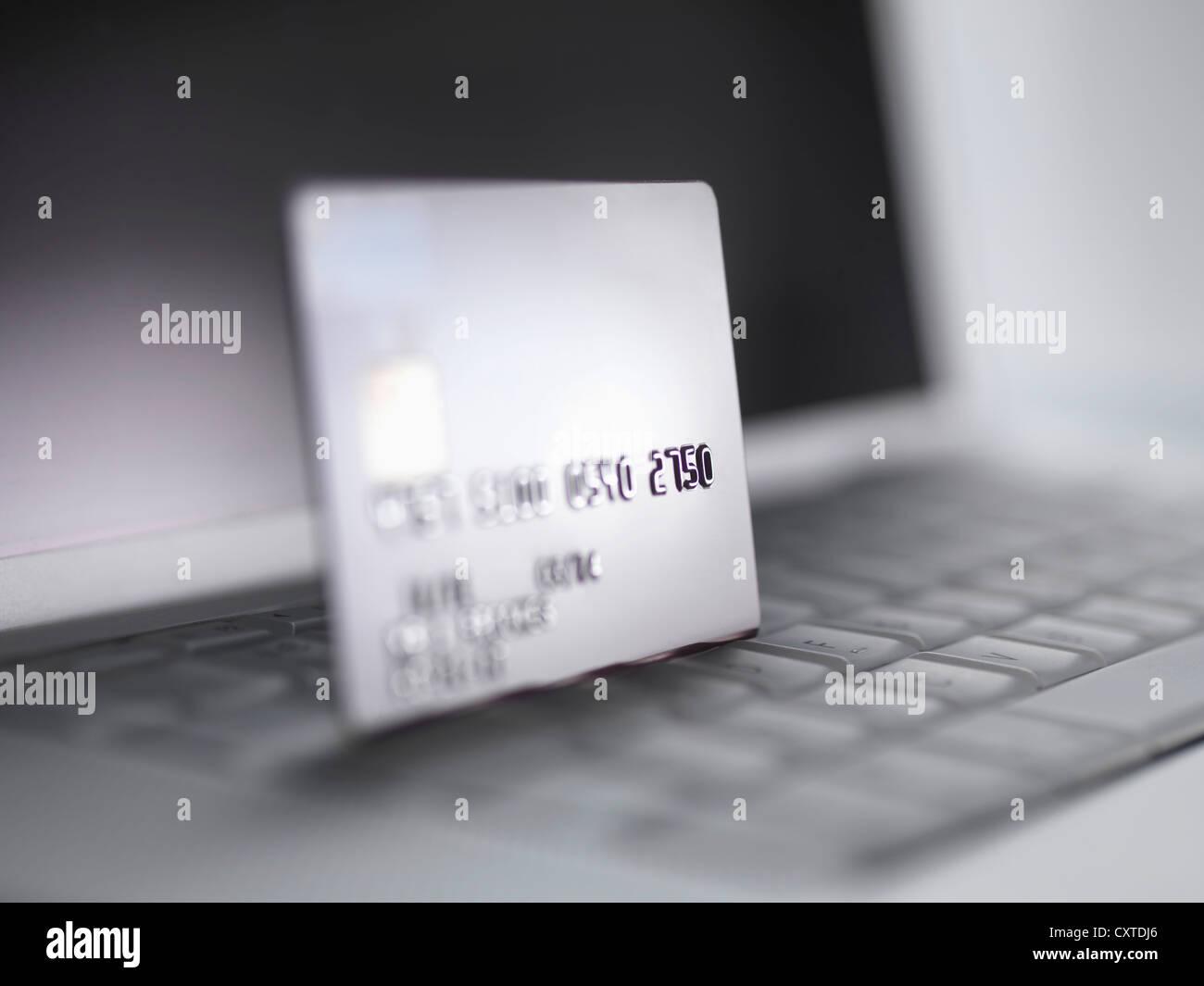 Ravvicinata di una carta di credito sulla tastiera Immagini Stock
