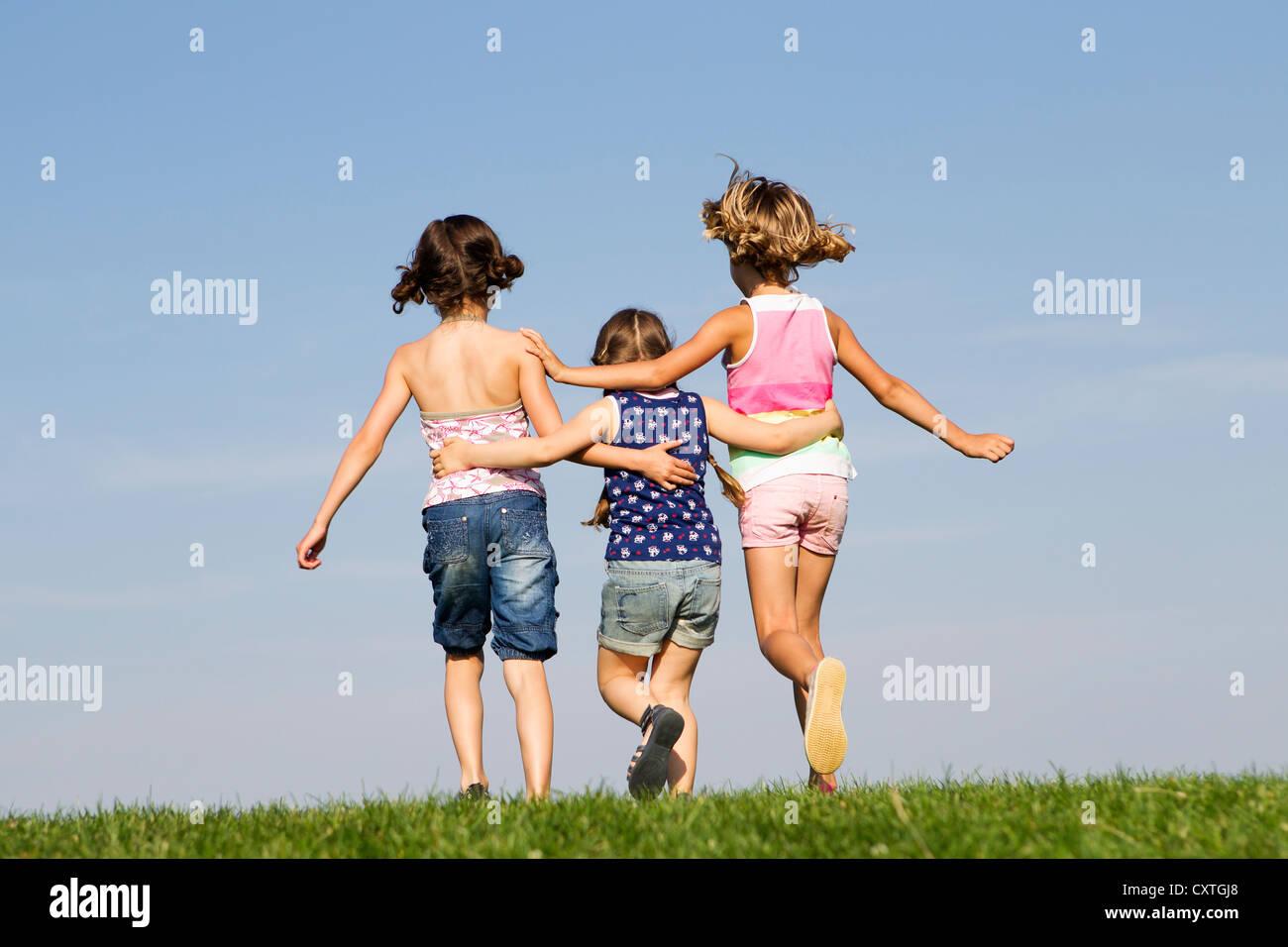 Le ragazze che giocano insieme all'aperto Immagini Stock