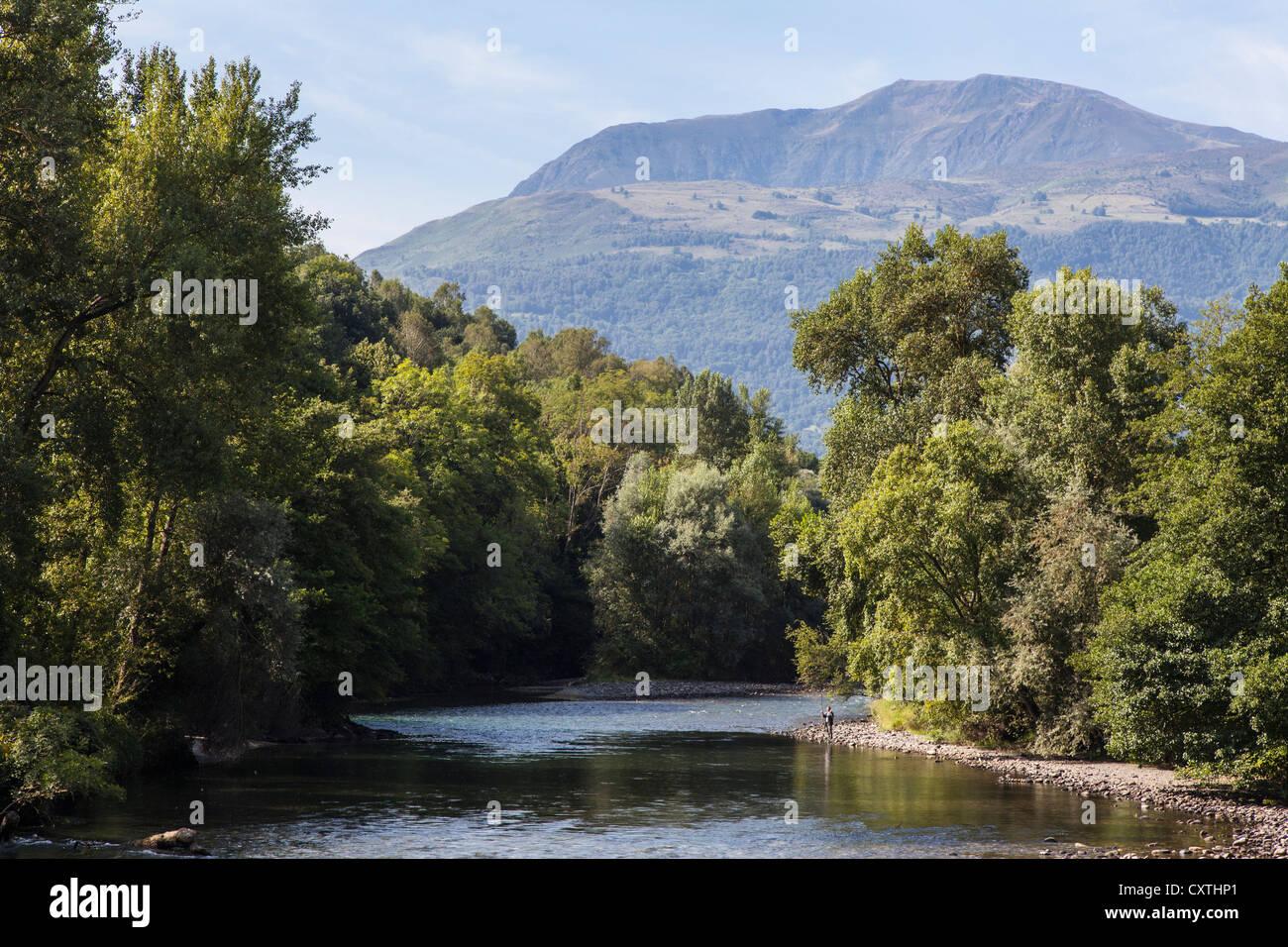 Fiume Gave de Pau vicino a Lourdes, Hautes Pirenei, Francia Immagini Stock