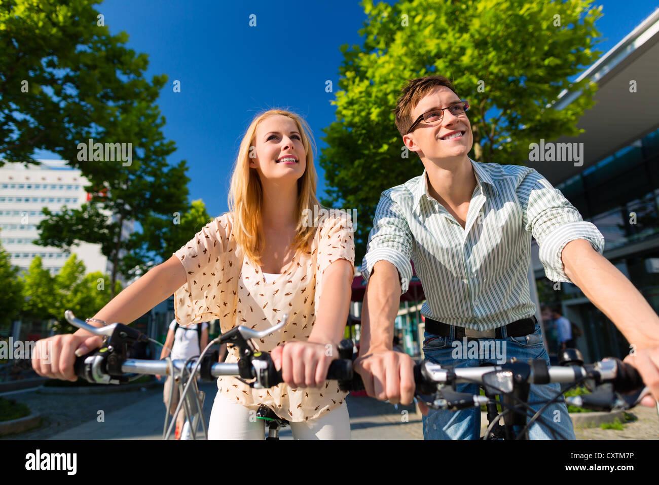 Coppia - uomo e donna - la bicicletta o biciclette nel loro tempo libero e il divertimento su una soleggiata giornata Immagini Stock