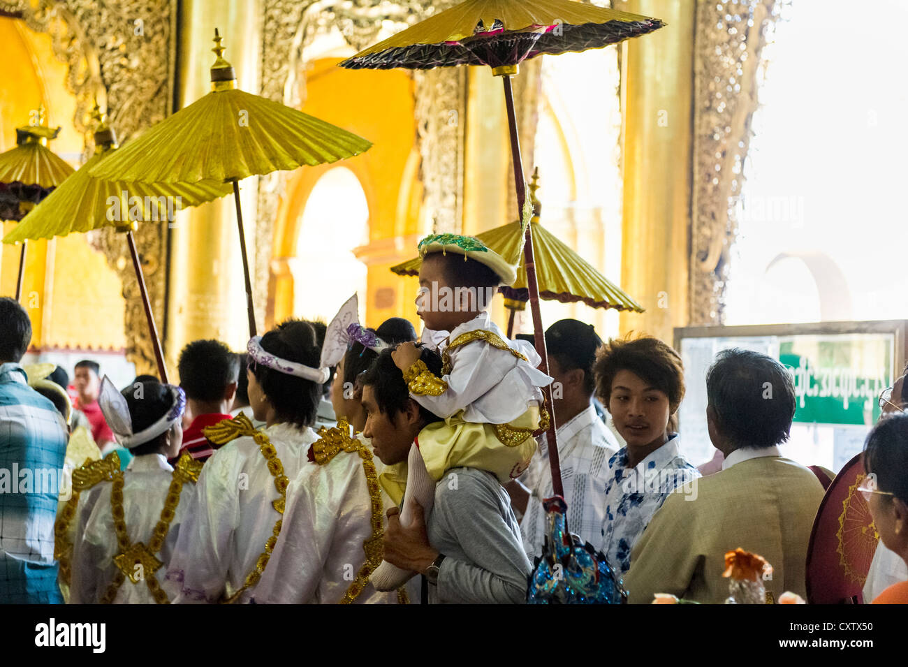 Cerimonia del monaco novizio al Tempio del Buddha Mahamuni a Mandalay. Myanmar Birmania Foto Stock