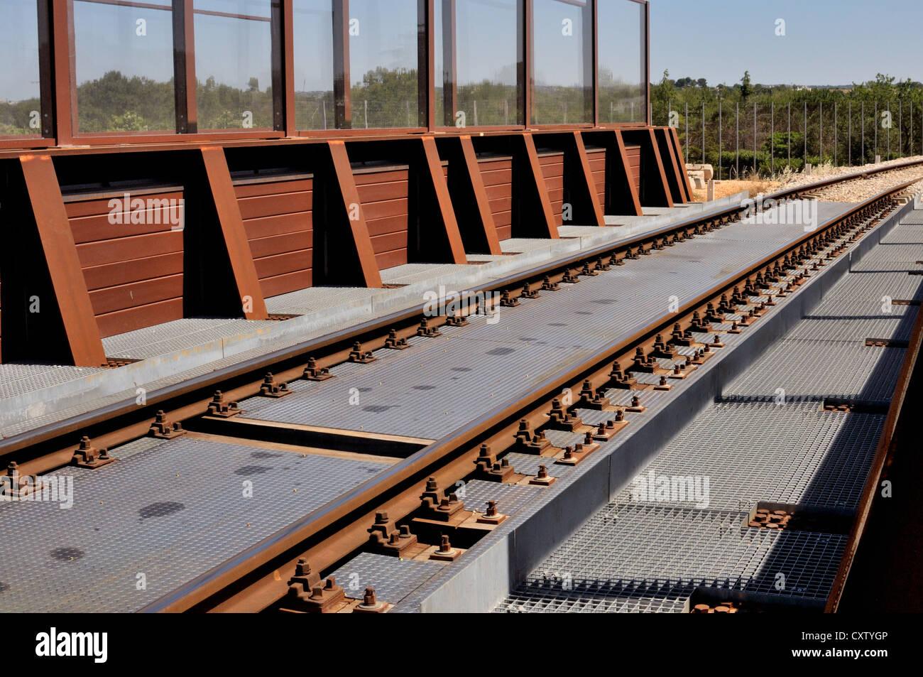 Ponte ferroviario costruito con acciaio corten Foto Stock