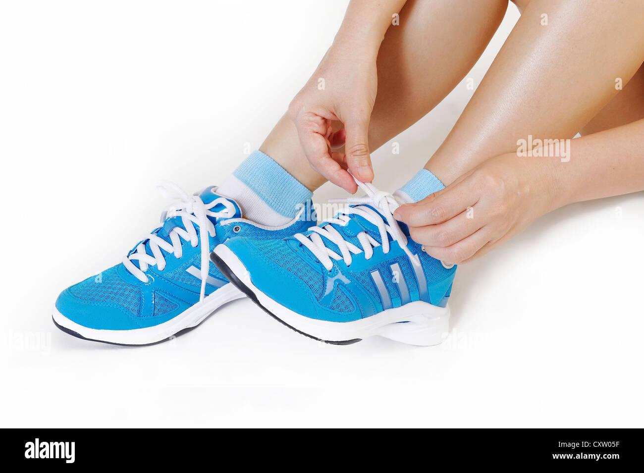 Atleta ragazza cercando scarpe da corsa Immagini Stock