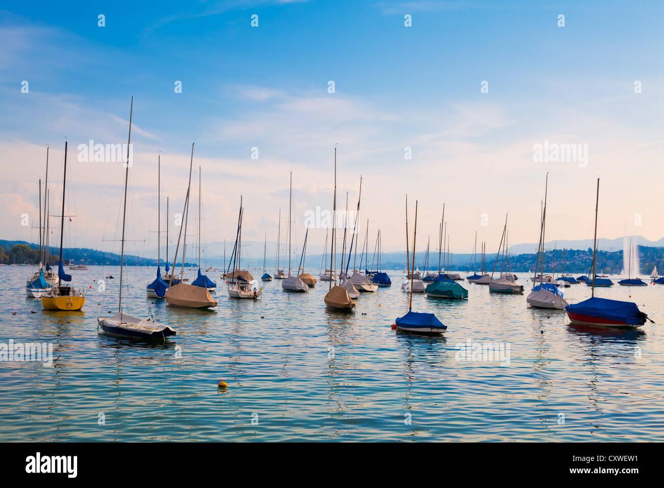 Barche ormeggiate sul lago di Zurigo, Svizzera Immagini Stock