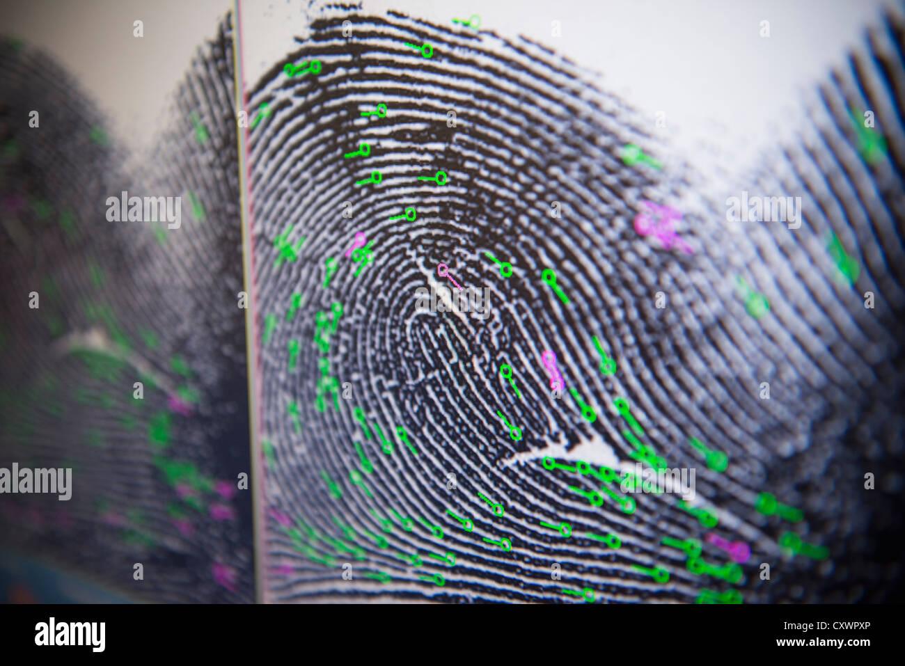 Impronte digitali sulla schermata in laboratorio forense Immagini Stock