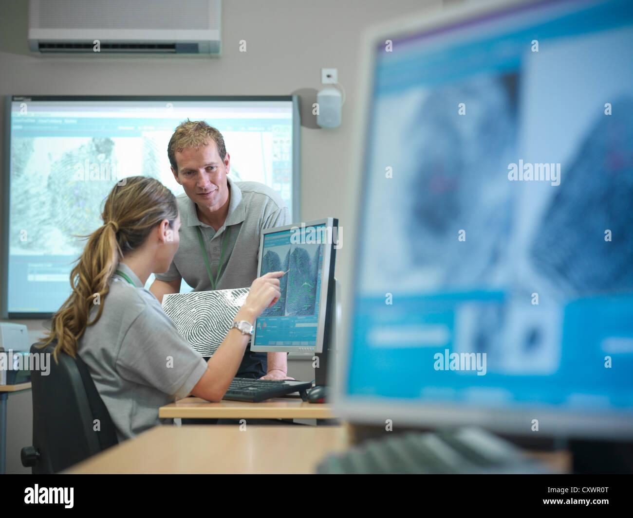 Forensic agli studenti di esaminare le impronte digitali Immagini Stock