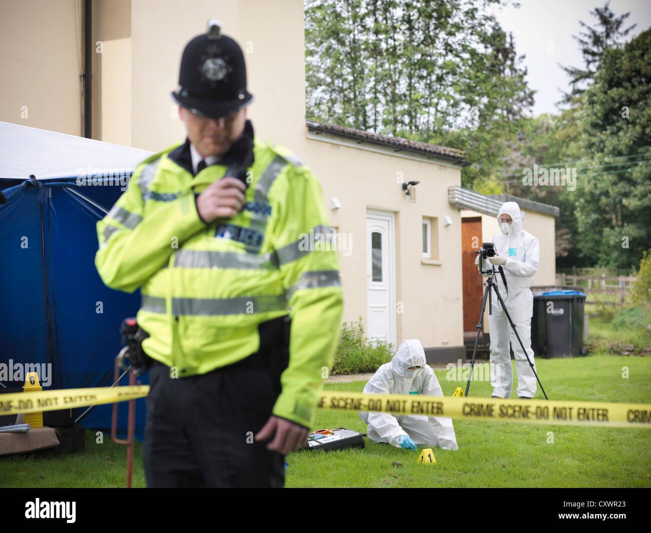 Gli scienziati forensi alla scena del crimine Immagini Stock