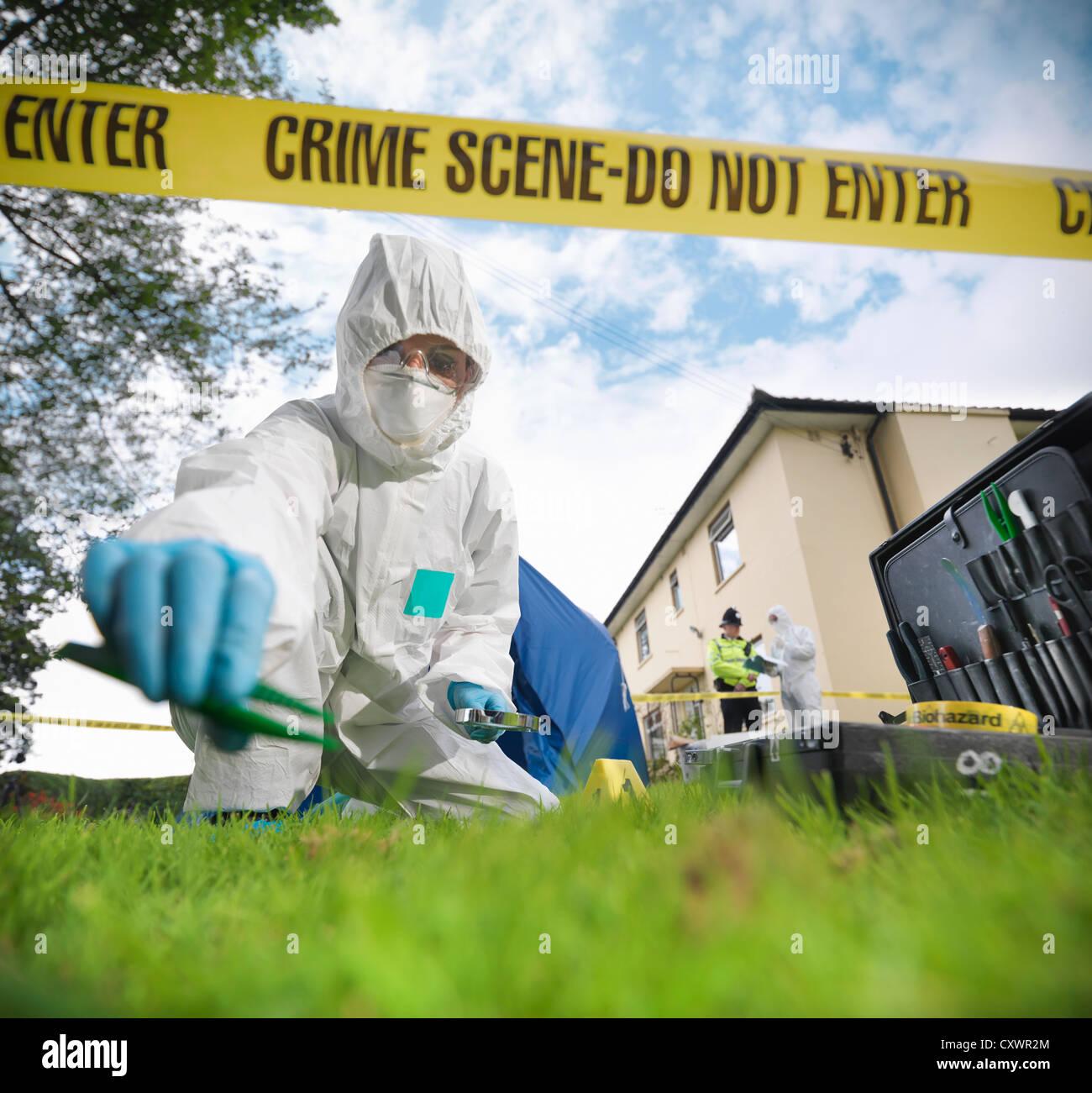 Lo scienziato forense a scena del crimine Immagini Stock