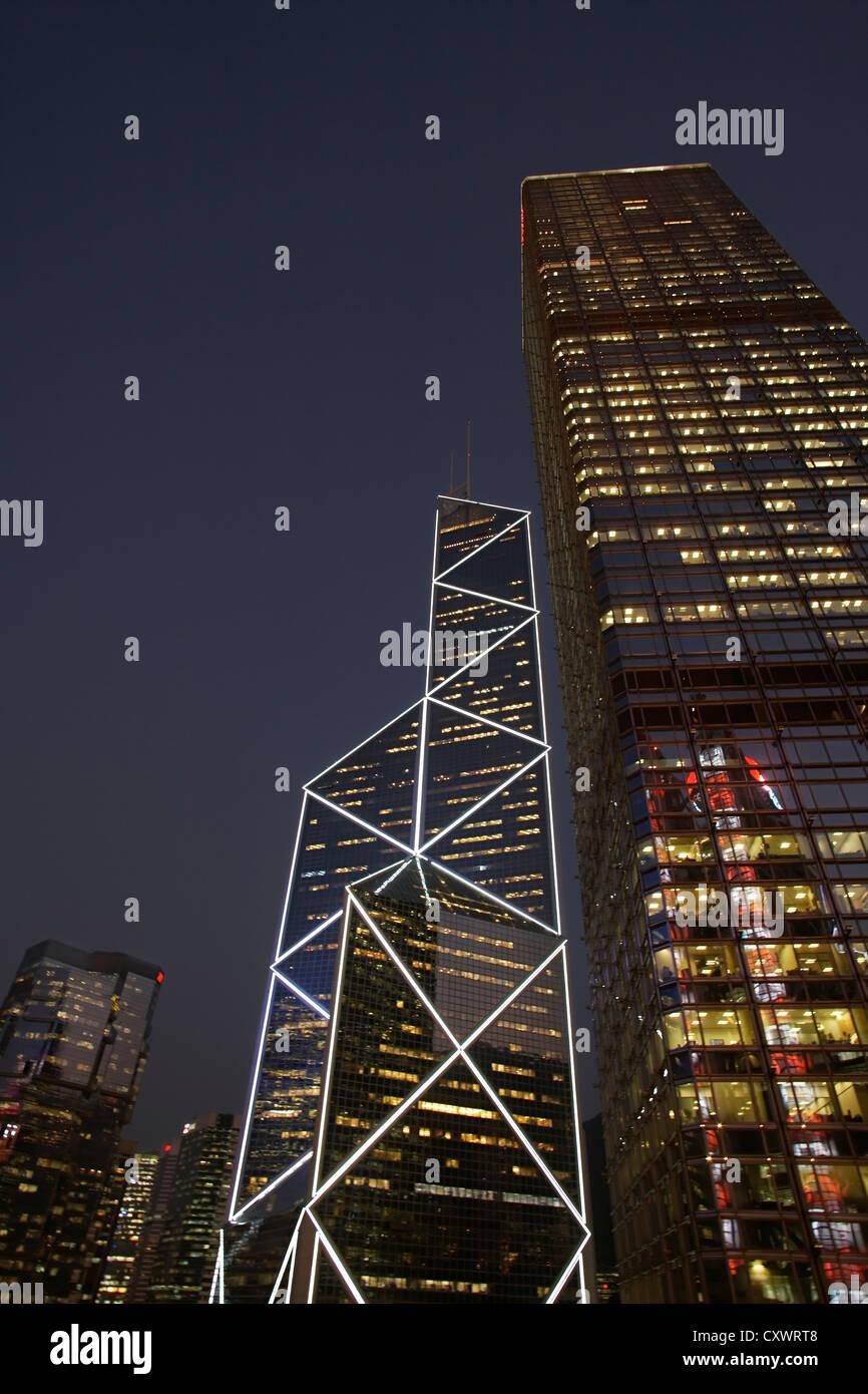Grattacieli urbana illuminata di notte Immagini Stock