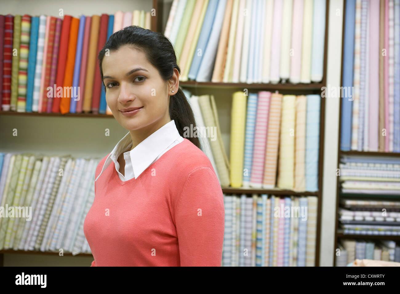 Donna in piedi nel negozio di tessuti Immagini Stock