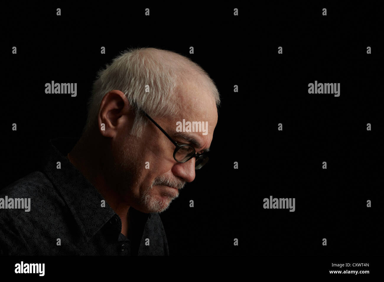 Accigliata vecchio uomo che indossa occhiali Immagini Stock