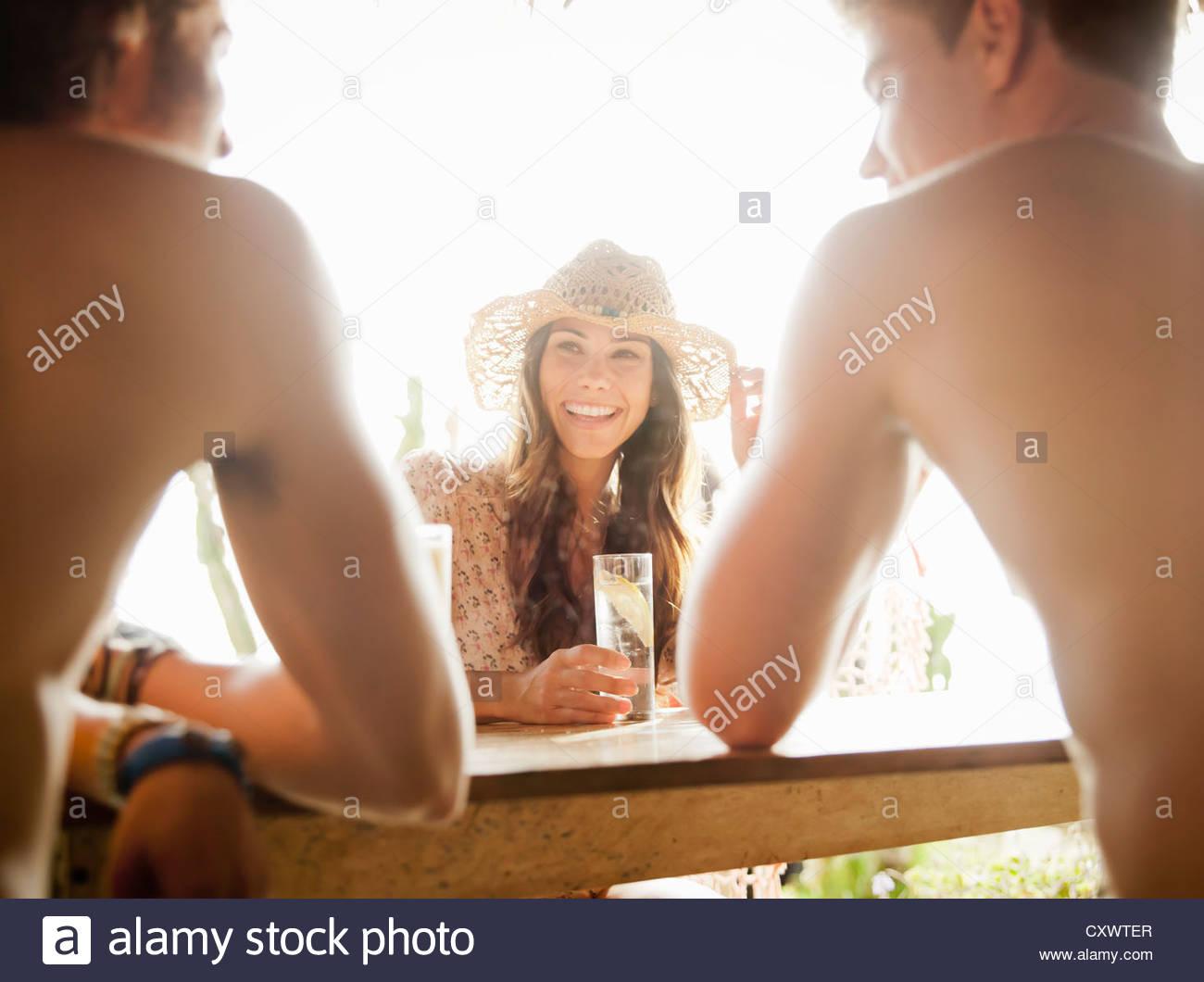 Amici avente le bevande all'aperto Immagini Stock