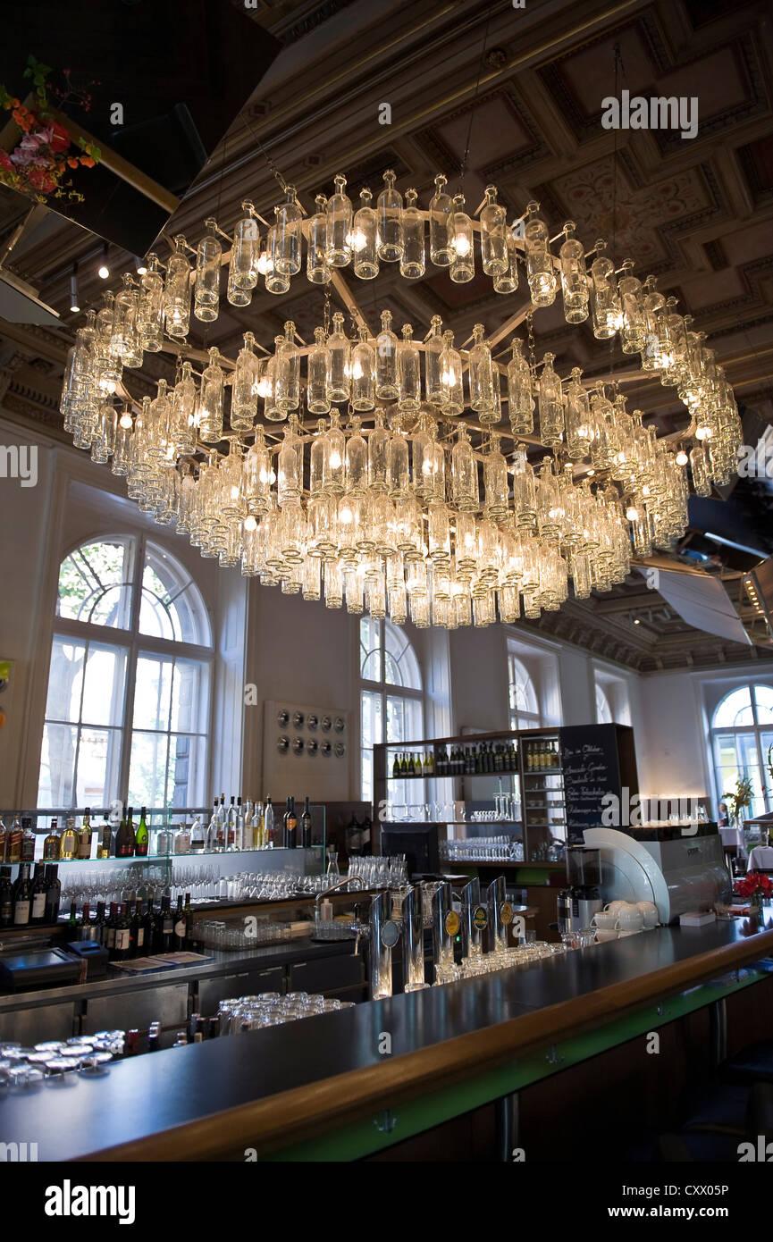 Lampadari Con Bottiglie Di Vetro bottiglia di vetro chiaro lampadario nel bar e nel