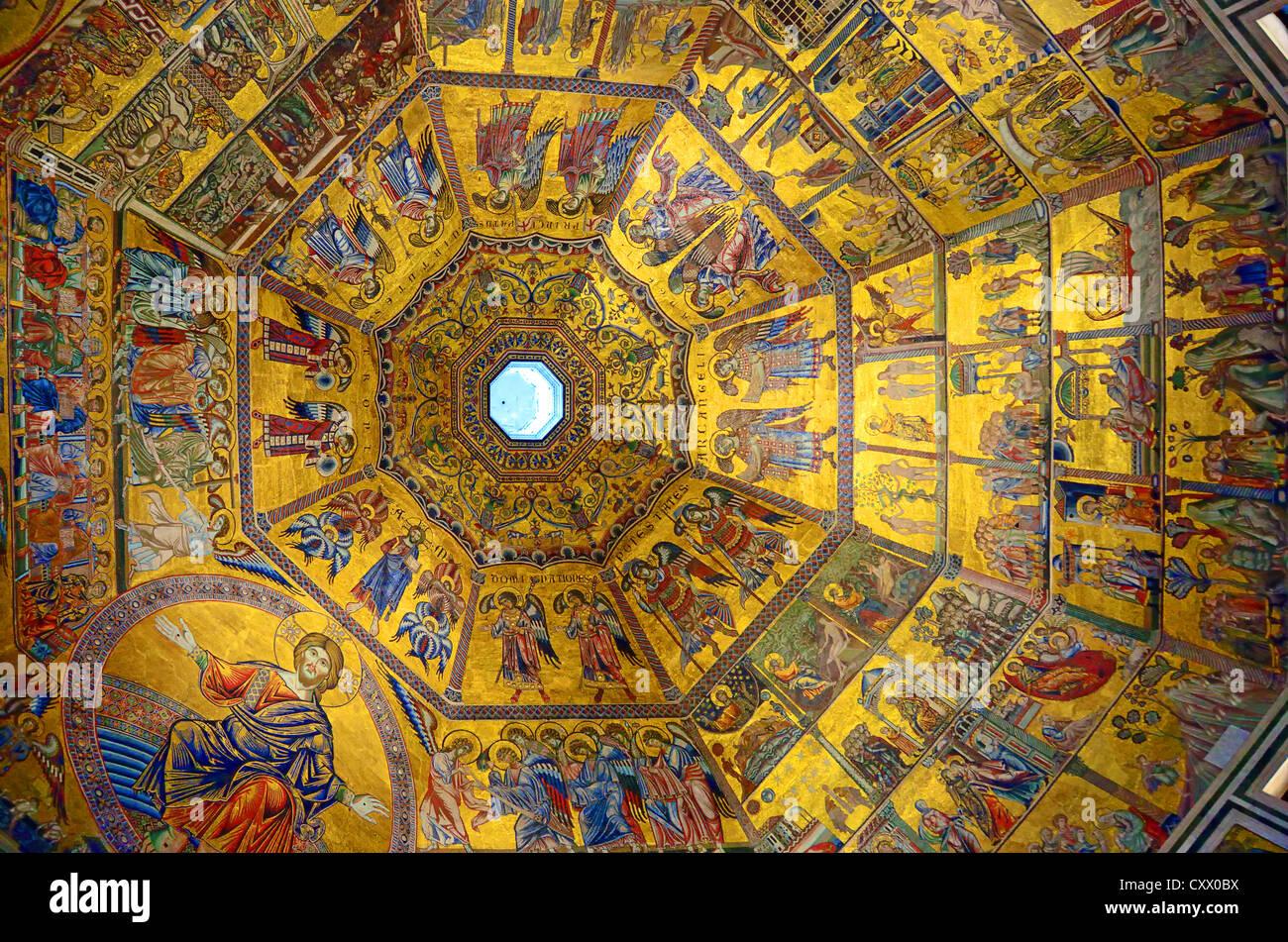 Di fronte al Duomo di Firenze sorge il Battistero. È coronata da un magnifico soffitto a mosaico. Immagini Stock
